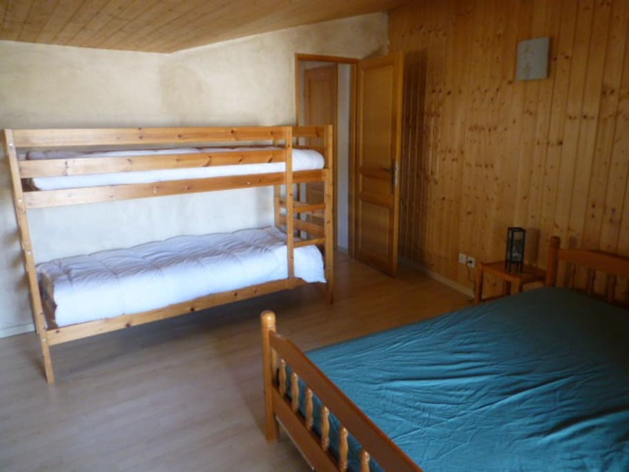 Chambre avec 1 lit 140 + lit superposé donnant sur la terrasse