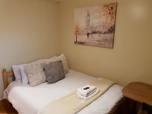 Qwerky Double In London, Close To Station!!