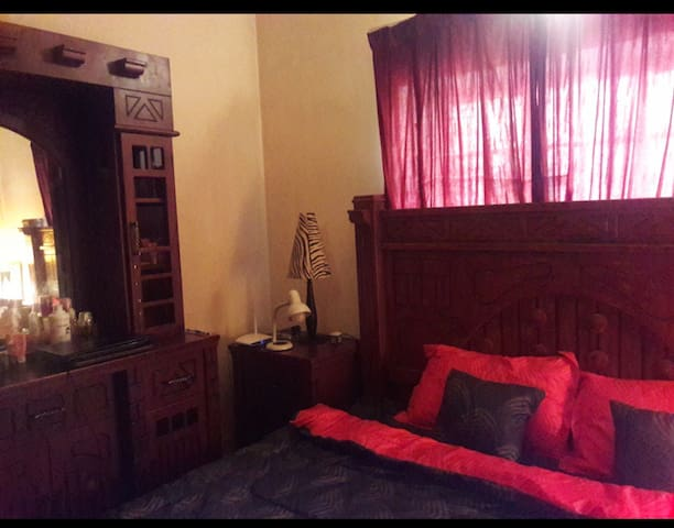 Private room in a home with 3 girls (only females)