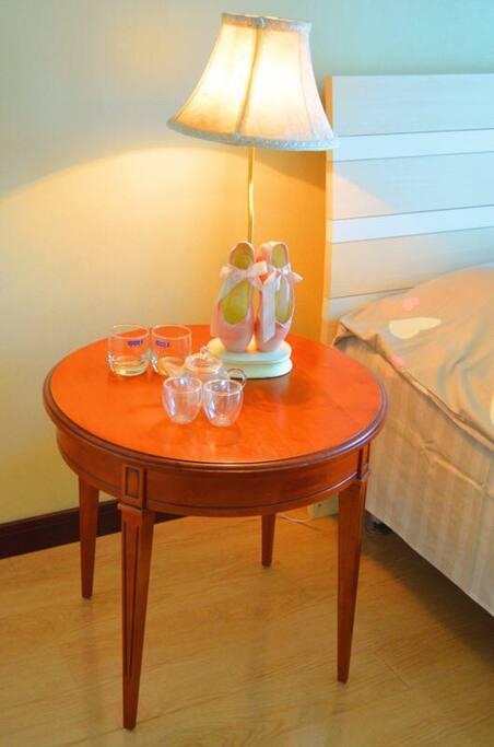 茶具和台灯