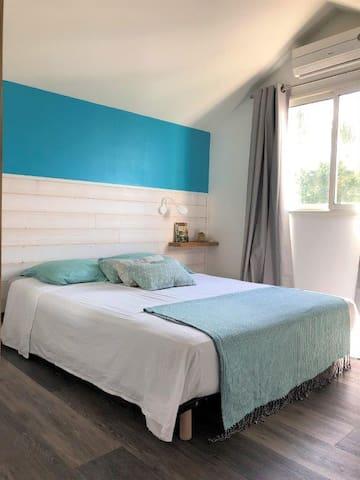 La chambre, climatisée, et son lit en 160 cm