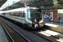 Estación Industriales con acceso al sistema Metro Linea A (tren) y acceso al Metroplus, Linea 1 y 2 (Autobuses de tránsito rápido), ubicada a una distancia de 2.8 km.