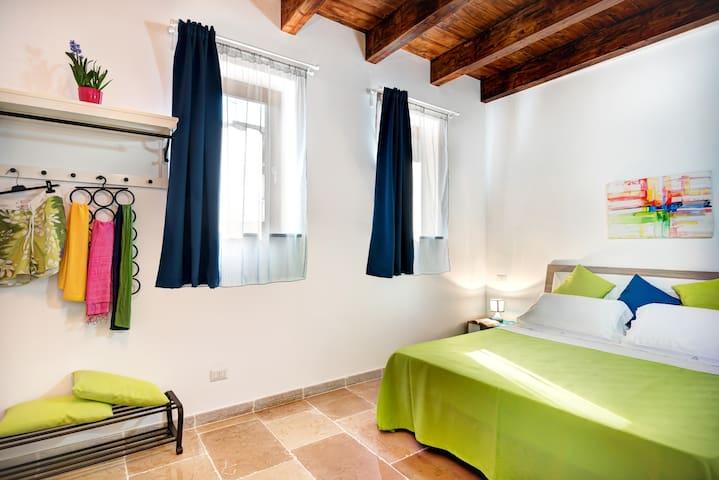 Camera da letto verde al piano terra