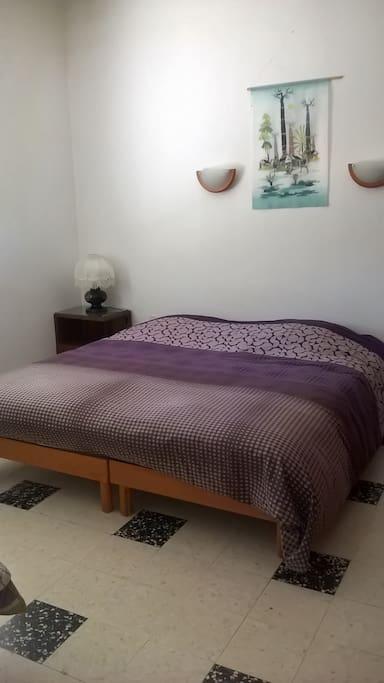 le grand lit de la chambre