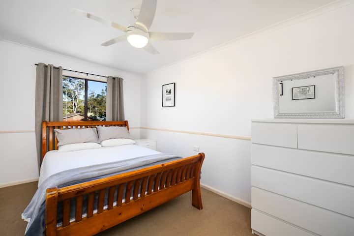 Comfortable Queen sized room near Tuggerah Lake.