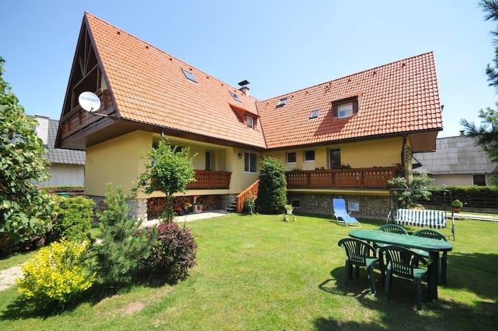 Dvojizbovy apartman s krbovymi kachlami - Stará Lesná - Villa