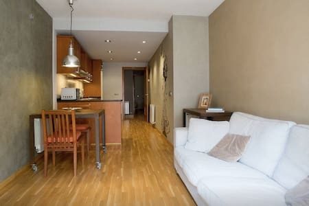 ONLY 20' FROM BARCELONA! WIFI, PARKING & TERRACE - Molins de Rei - Lägenhet