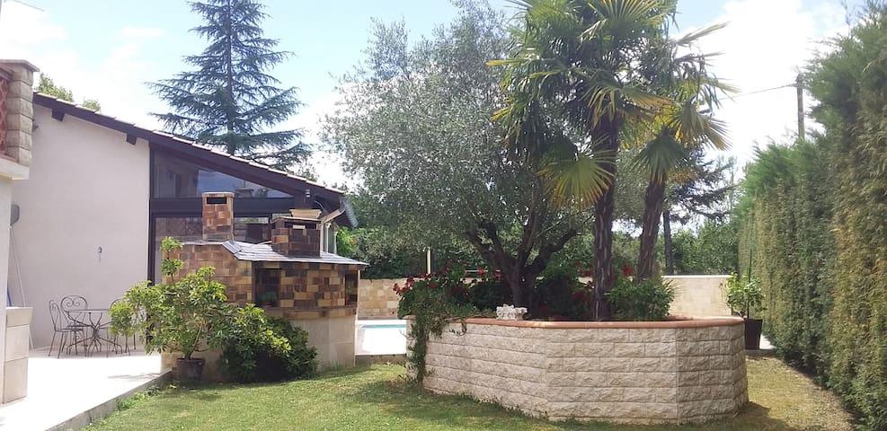 L'olivier (calme avec piscine et plage aménagée )