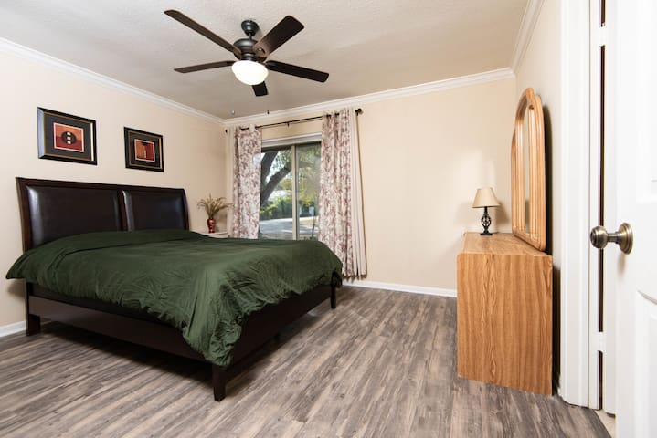 Private Bedroom-Newly Renovated in Historic Salado