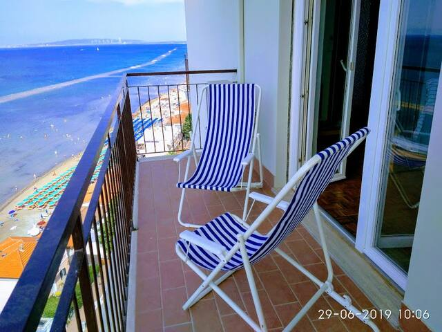 Apartment on the beach, magnificent sea view +ELBA