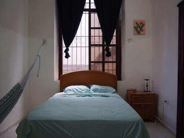 Cuenta con una cama matrimonial, una hamaca, lámpara de lectura, silla interior...