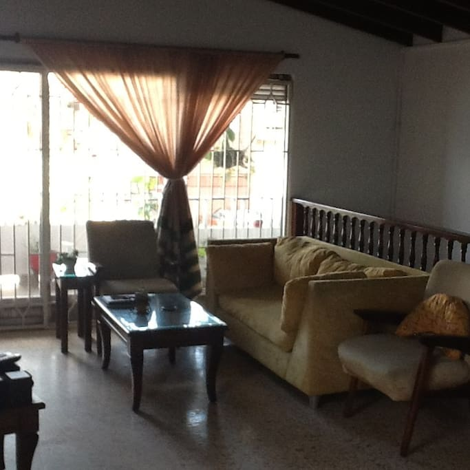 Sala y balcón.