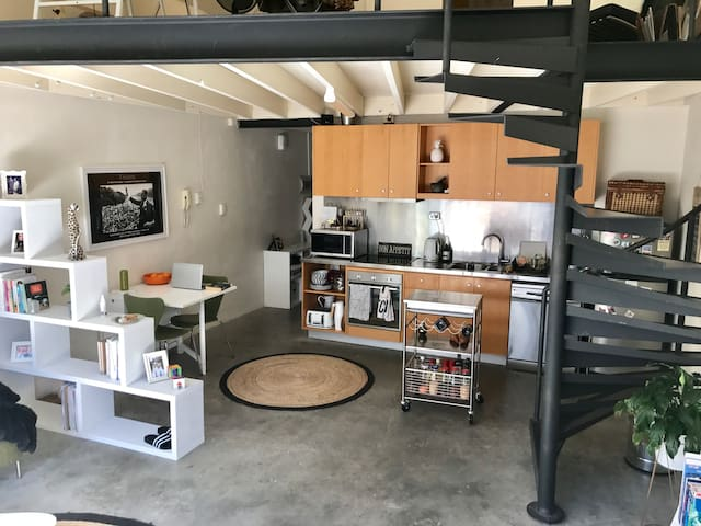 Warehouse Apartment by the River - East Perth - Apartemen