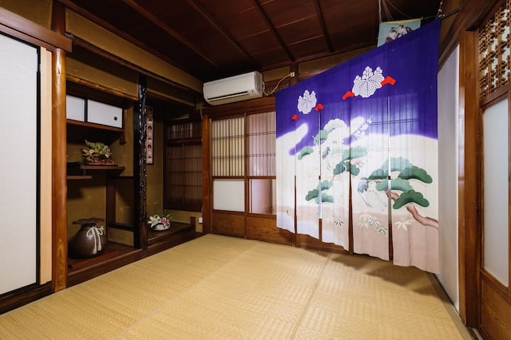 The living room on the first floor is full of Showa atmosphere. you can relax in the TATAMI room . You can make a meal in  the kitchen next door and enjoy it in the this room. / 1階は昭和の雰囲気でいっぱいです。畳のお部屋でのんびりできます。隣にある台所で食事を作り、この部屋で楽しむことができます。