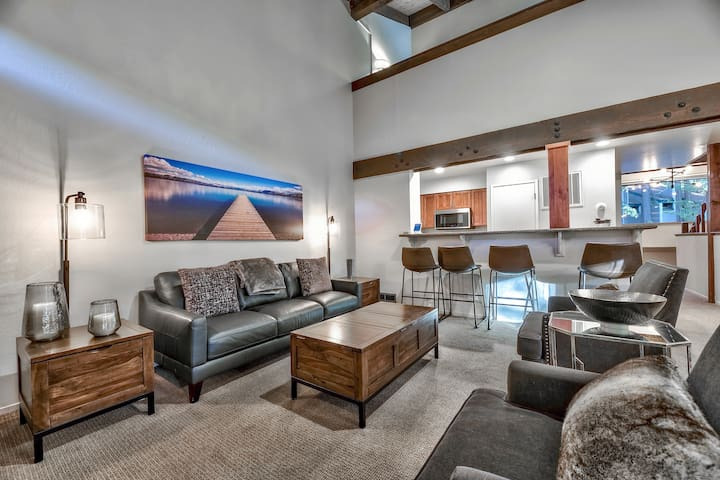 Instagrammable Townhome steps from Lake Tahoe – Sleeps 10!