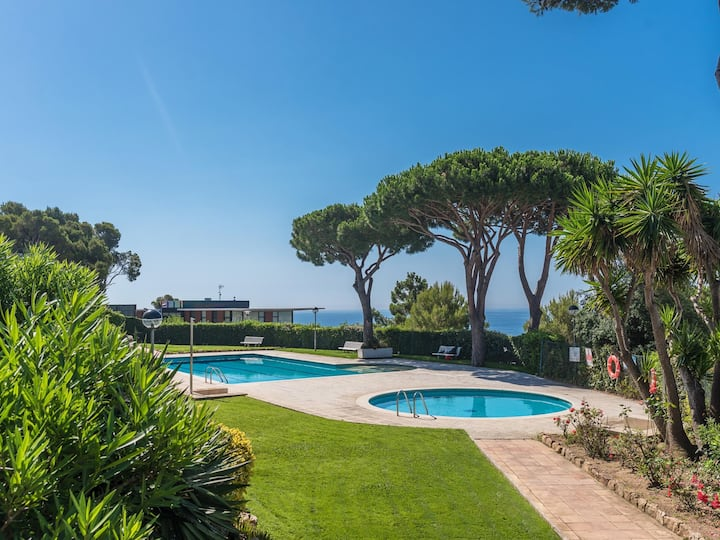Apartment with private garden & pool 1km beach