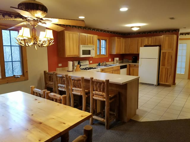 Cozy villa just for you, book today - North Utica