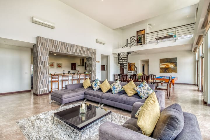 Stylish and modern penthouse in Jacó w/gorgeous ocean and valley views!