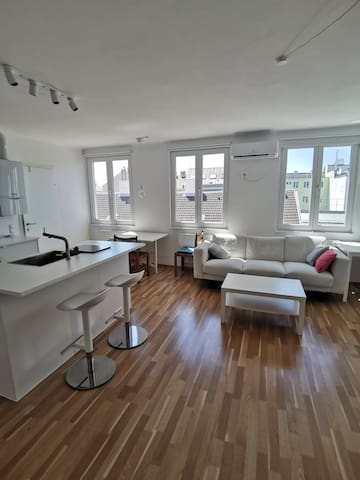 Modern, sunny apartment with A/C close to centre