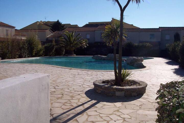 Dans Résidence Sécurisée avec piscine