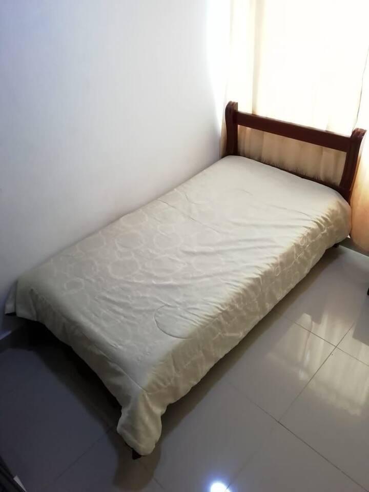 Habitación para una persona en casa de familia.