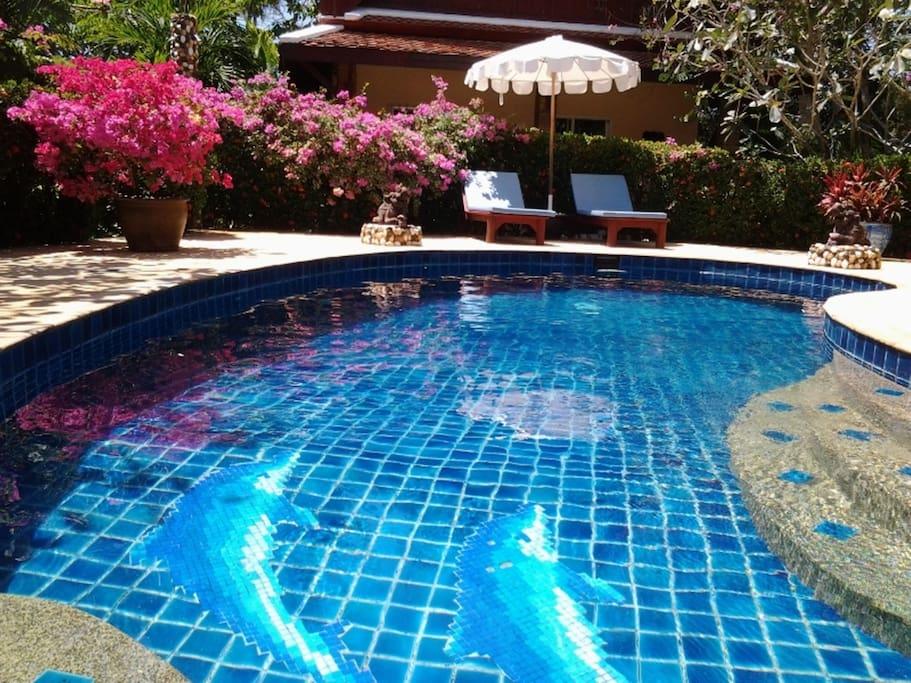 Luxueuse villa piscine jardin 1600m villas louer for Piscine a debordement thailande
