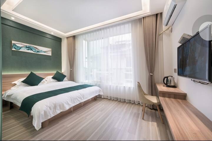 1.8米大床房带飘窗(8303)