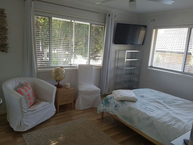 Quite double bed room with TV and desk - Cleveland - House