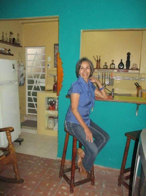 La anfitriona es una gran conocedora de la cultura e historia cubanas. Podrá ayudarte mucho a elegir las mejores opciones turísticas de La Habana.