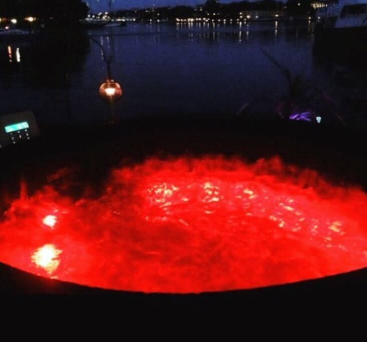Upplyst uppvärmd bubbelspa utsikt över vattnet , Djurgården och Skeppsholmen