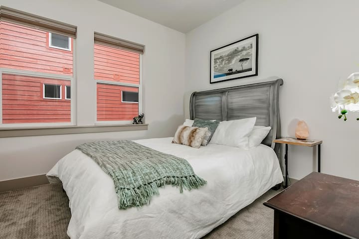 Cozy bed ~ Greenbelt ~ Central Location ~ Modern