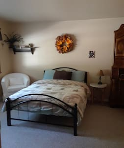 Cozy room with a double bed in the Country View