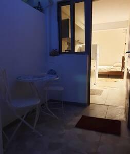 Домik с небольшим двором для отдыха в Эйлате