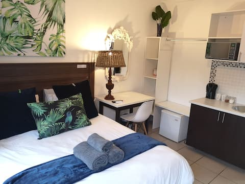Soteria House Seven. 10 min  from airport
