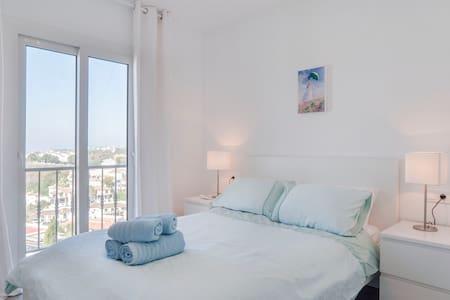 Modern flat with sea views (nr beach/golf)