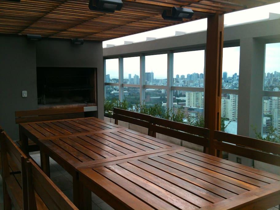 La terraza cuenta con piscina, dos parrillas y una vista panorámica de la Ciudad de Bs As.