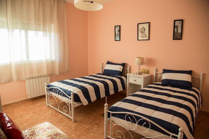 Habitacion de camas individuales. #1 Bedroom with two single bed.