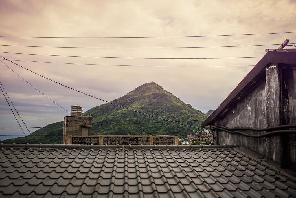 窗外可見基隆山