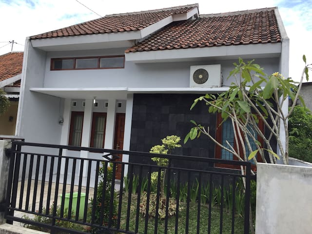Yogyakarta House Fit for 5-8 people. Near airport - Berbah - Talo