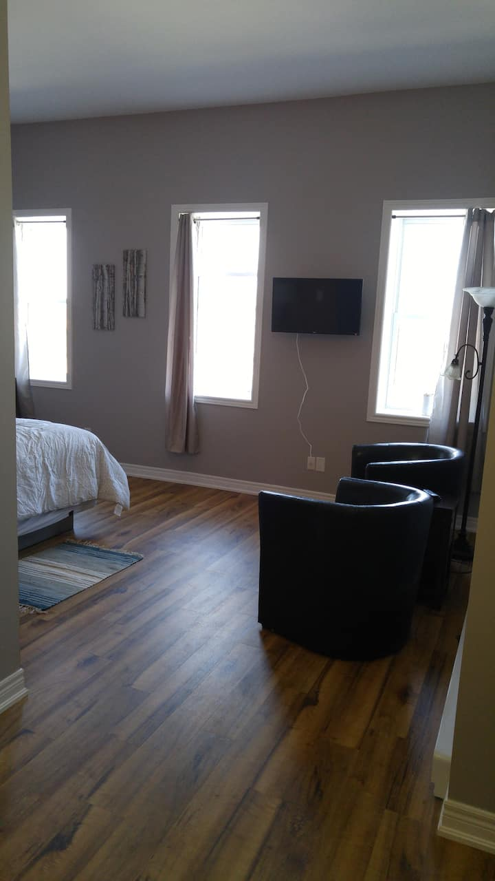 Canal View Suite Downtown Port colborne