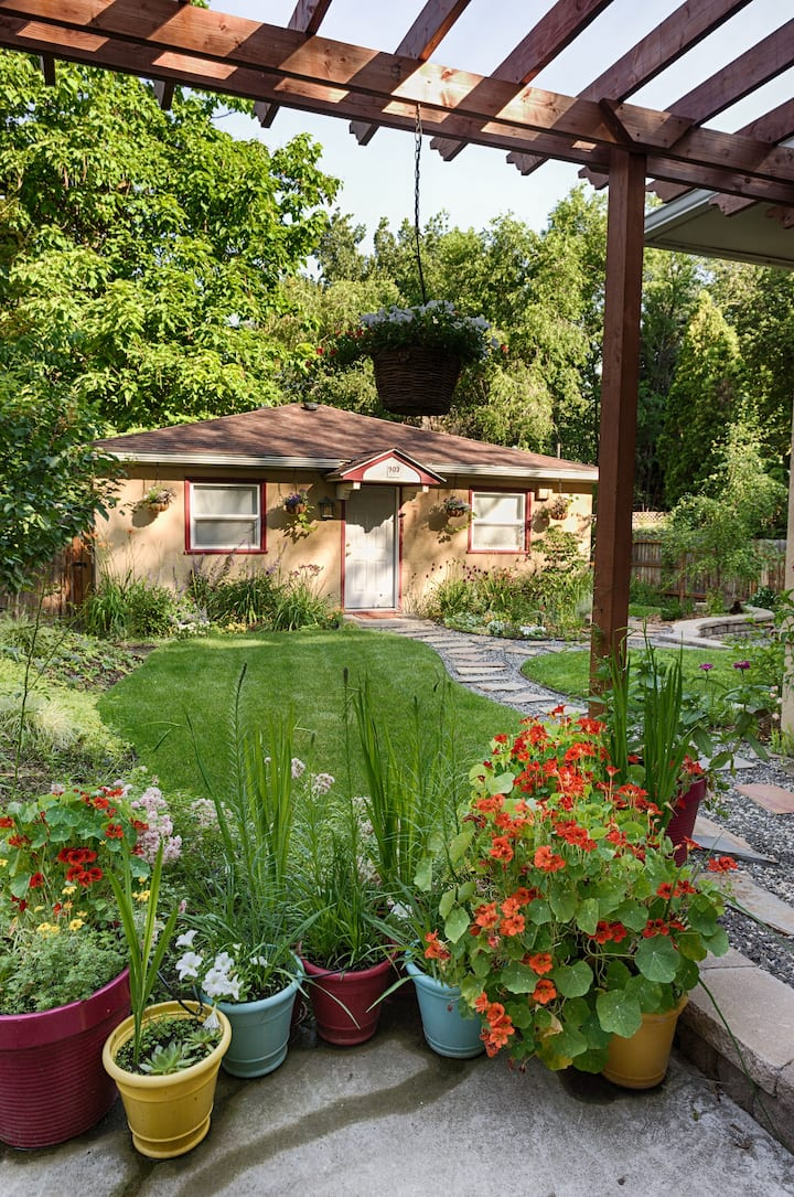 Charming Cottage - King bed - close to Whitman