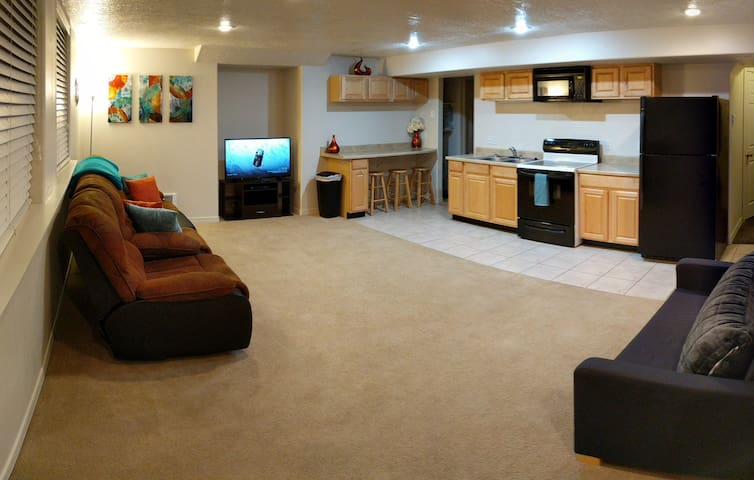 2 King Beds - 2 bedrooms - Basement Apt w/Kitchen