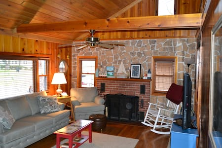Cozy deluxe Van Buren Point cottage w/ lake views