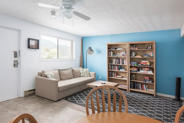 Peaceful & Cozy 1 Bedroom steps from the Lake