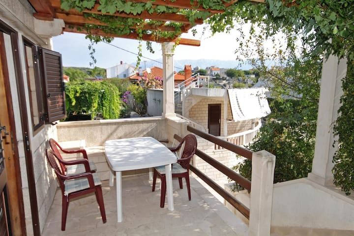 One bedroom apartment with terrace Sumartin (Brač) (A-5615-c)