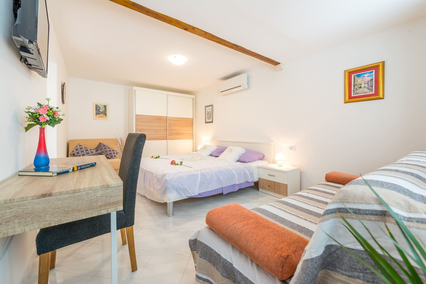 Apartment has free wi-fi, flat screen TV with satelite channels and Air-Condition