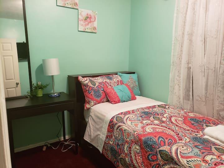 Cozy room 4 one JFK, LGA & subway to Manhattan