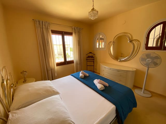Dormitorio 2. Habitación con cama de matrimonio y armario empotrado con vistas al mar. Al abrir la ventana suele entrar un viento suave y refrescante