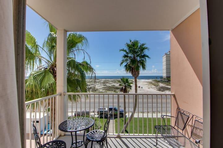 Gulf view condo w/balcony & shared pool/hot tub-beach across street