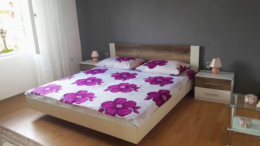 Comfortable apartment with parking - Šibenik - House